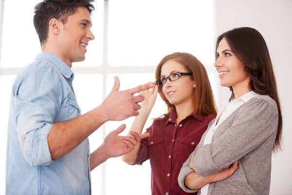 Dialog Bahasa Inggris 3 Orang Saat Berkomunikasi dengan Orang Lain